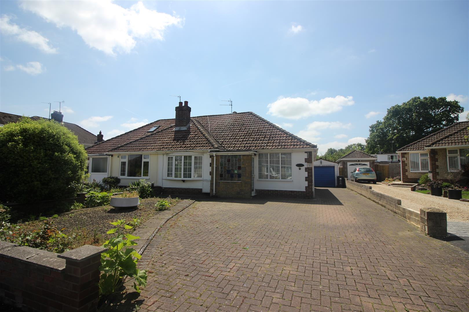 3 Bedrooms Bungalow for sale in Ludlow Close, Lawn, Swindon